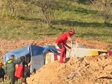 Efectivos trabajando en el rescate de un niño de dos años que cayó a un pozo en Totalán, Málaga