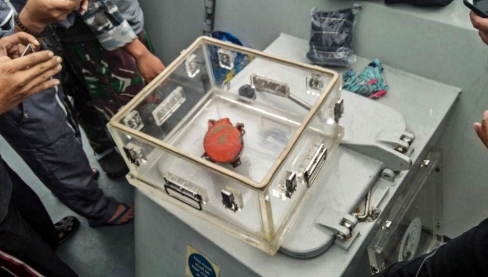La grabadora de voz Lion Air JT-610 guardada en un contenedor después de que se encontrara bajo el agua, en Jakarta, Indonesia