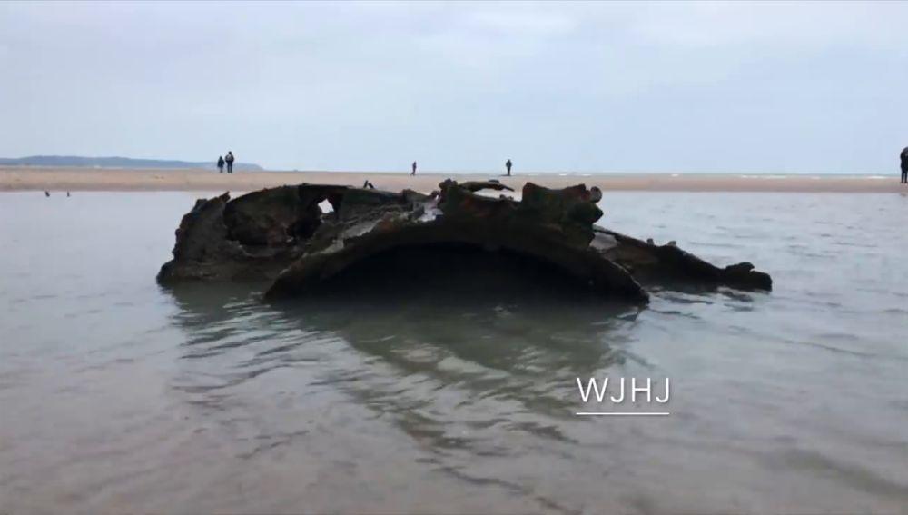 Un submarino de la Primera Guerra Mundial emerge en una playa francesa