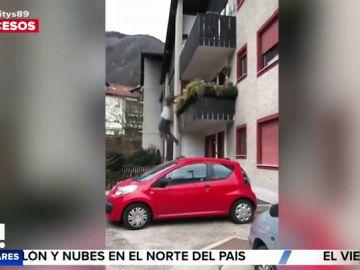 Un hombre cae al vacío desde su balcón en plena discusión con un vecino