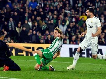 Sergio Canales, en el momento de anotar el 1-1 en el Villamarín