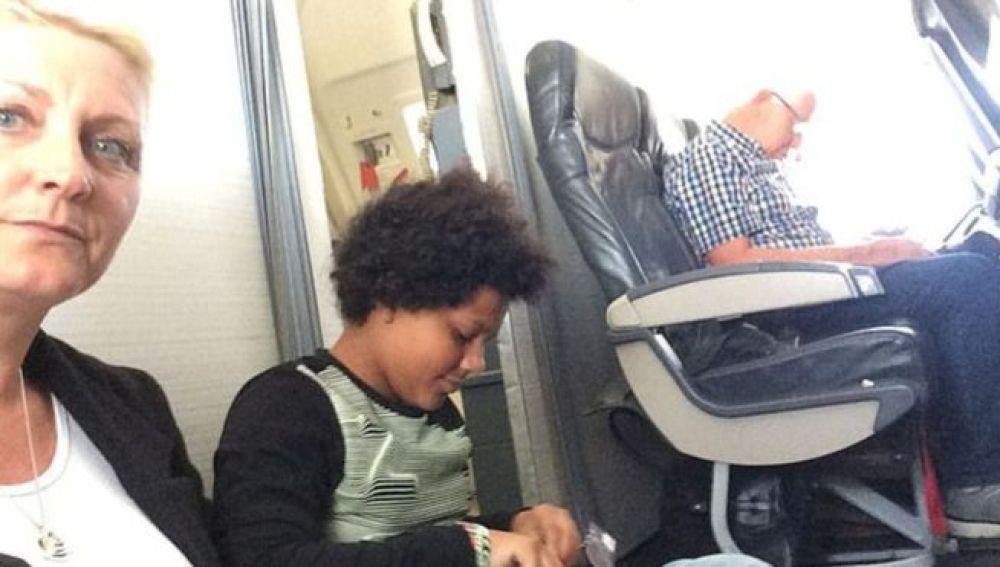 La madre y su hija en el suelo del avión