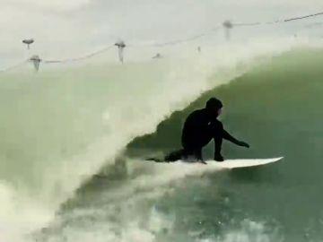 Lewis Hamilton se 'pasa' al surf:  increíble 'tubo' del británico en el 'surf ranch' de Kelly Slater