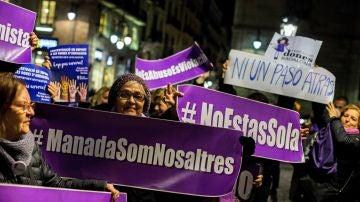 Centenares de mujeres claman contra el machismo en Barcelona