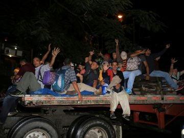 Decenas de migrantes procedentes de Honduras se dirigen a la frontera de EEUU.
