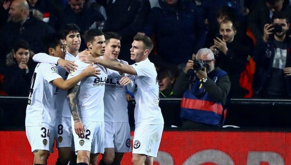 Santi Mina celebra su gol con los jugadores del Valencia