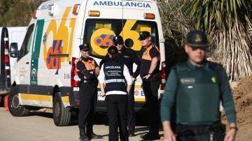 Algunos de los efectivos que colaboran en la búsqueda del niño que cayó en un pozo en Totalán (Málaga).