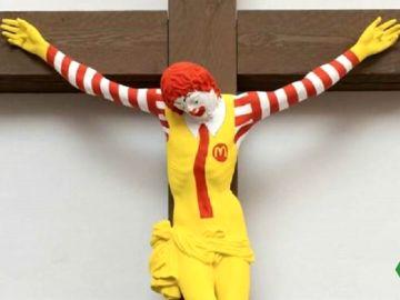 Cientos de cristianos en Haifa piden la retirada de la obra 'McJesús'