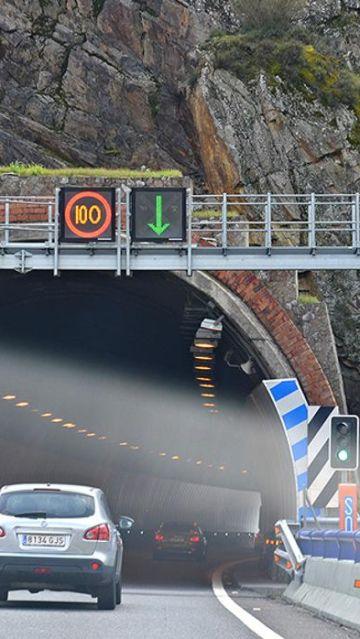 Coche entrando en un túnel