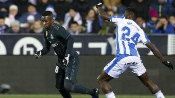 Vinicius regatea a su rival en el partido ante el Leganés