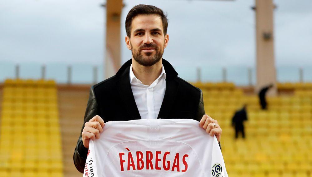 Cesc Fábregas posa sonriente con la camiseta del Mónaco