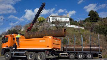 Un camión descarga tuberías que se utilizarán en las labores de rescate de Julen