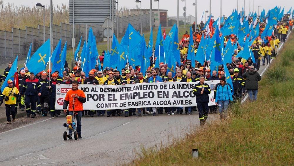Trabajadores de Alcoa durante una concentración en Avilés.