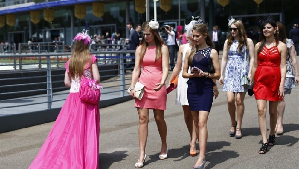 Varias mujeres con falda caminan por una calle de Reino Unido