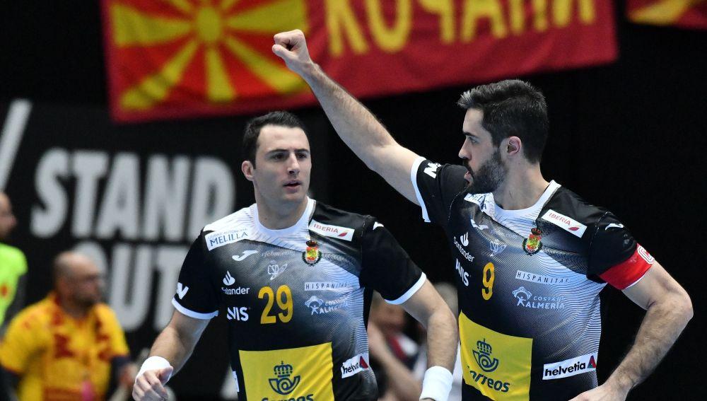 Aitor Arino y Raúl Entrerríos celebran la victoria de España