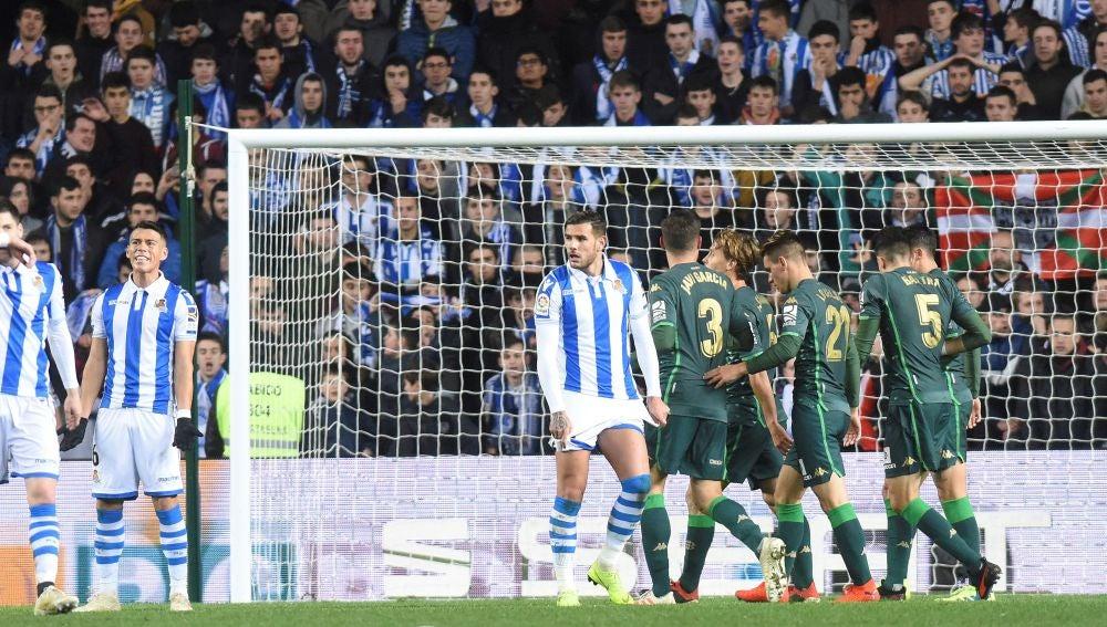 El Betis celebra el gol de Canales