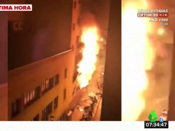 Un espectacular incendio arrasa un local en Barcelona