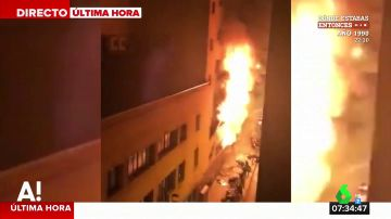 Un espectacular incendio arrasa un local en Barcelona