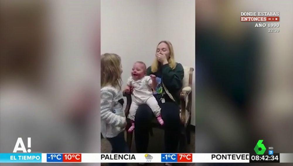 Así reacciona un bebé al poder escuchar por primera vez a su hermana y su madre