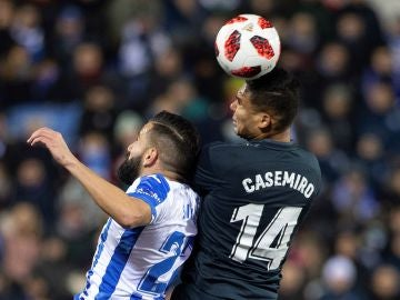 Casemiro pelea por un baló aéreo con Dimitrios Siovas