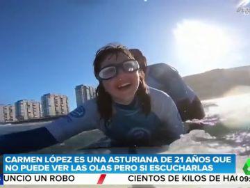 La historia de superación de la primera surfista invidente: Carmen tiene 21 años y nació con glaucoma congénito