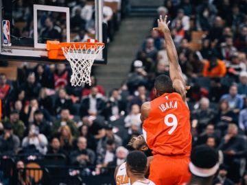Serge Ibaka, en acción ante los Suns