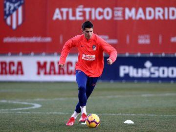 Álvaro Morata conduce el balón en su entrenamiento con el Atlético