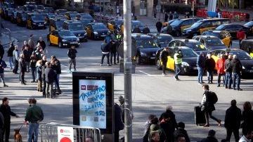 Taxis estacionados en la Gran Vía de Barcelona