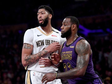 Anthony Davis y LeBron James, durante un Pelicans-Lakers