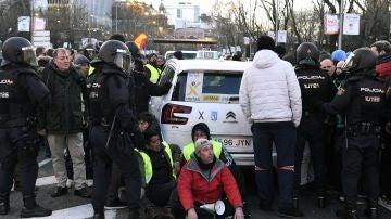 Policía Nacional desaloja a los taxistas que permanecen acampados en el Paseo de la Castellana