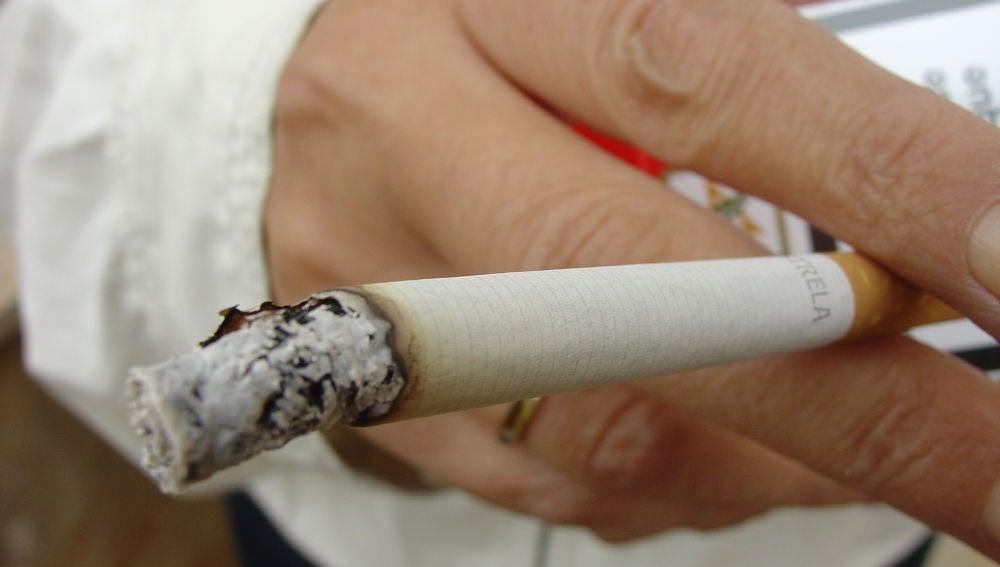 Cigarrillo consumiéndose