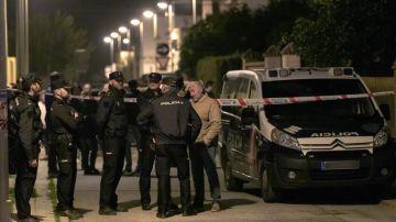 Efectivos de la Policía Nacional ante el domicilio de la mujer