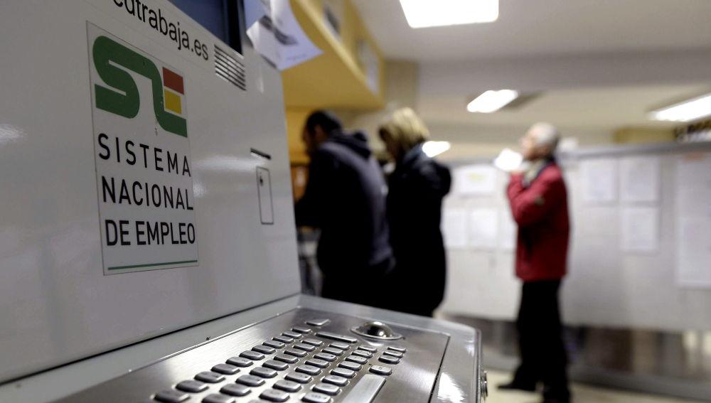 Varias personas en una oficina de empleo del Servicio Público de Empleo de Castilla y León.