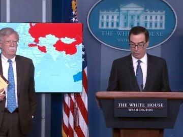 El secretario del Tesoro de los Estados Unidos Steven Mnuchin junto al asesor de seguridad nacional, John Bolton en la Casa Blanca