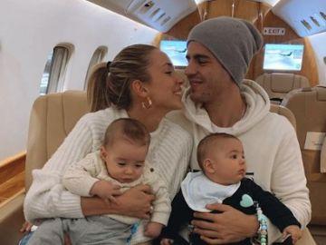 Álvaro Morata y Alice Campello junto a sus hijos