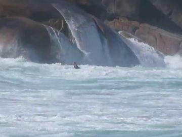 """Milagroso rescate a un surfista en Brasil: """"¡Está pidiendo ayuda!"""""""