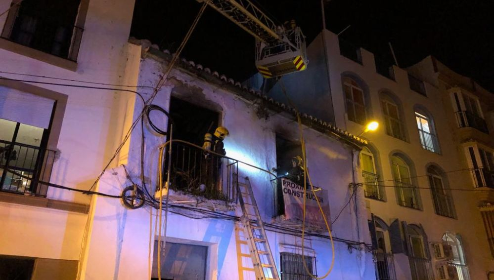 Rescatan a dos indigentes tras un incendio en una casa abandonada en Málaga