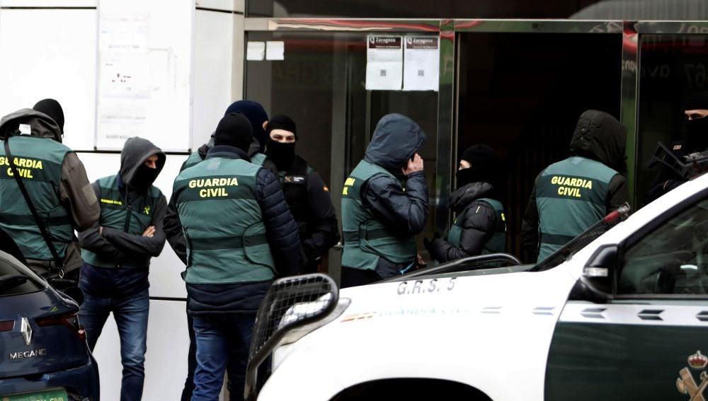 La Guardia Civil entra a un edificio en Zaragoza.