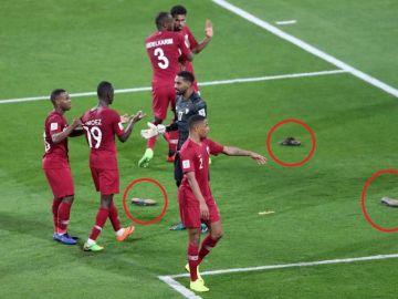 Lluvia de zapatos contra los jugadores de Qatar