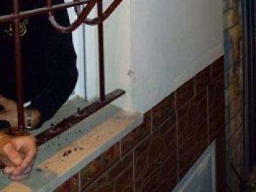 Un ladrón esposado a una ventana de un bar