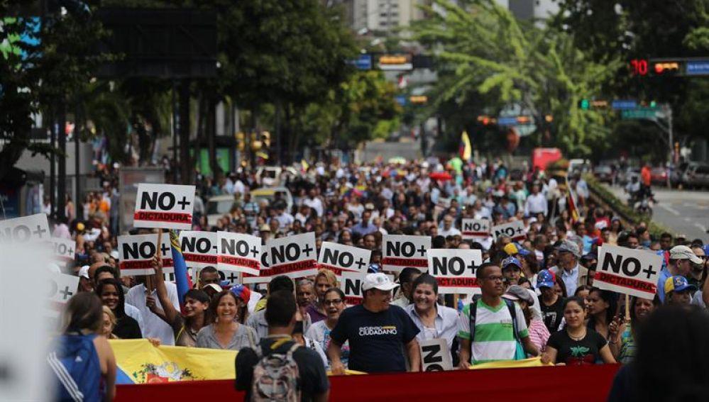Opositores venezolanos participan en una manifestación en apoyo de Guaidó