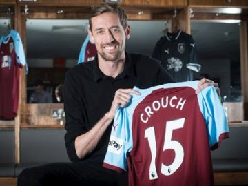 Crouch posa con la camiseta del Burnley