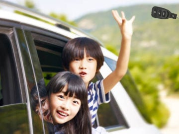 Niños tirando la llave del coche por la ventanilla