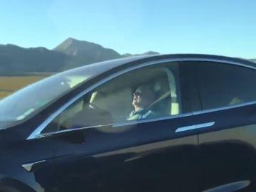 Un hombre durmiendo al volante de su Tesla