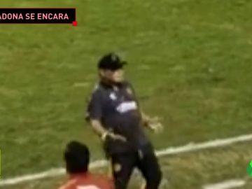 """Los gestos desafiantes de Maradona: """"Me metieron con una botella y me dio de lado"""""""