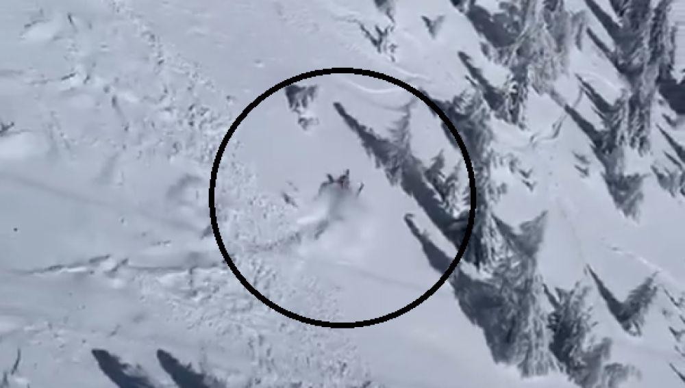 Un esquiador, sepultado por una avalancha