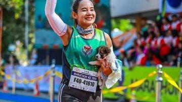 La atleta y el cachorro al llegar a la meta