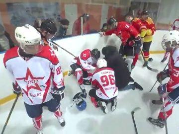 Un entrenador de hockey salva la vida de un jugador con un masaje cardíaco