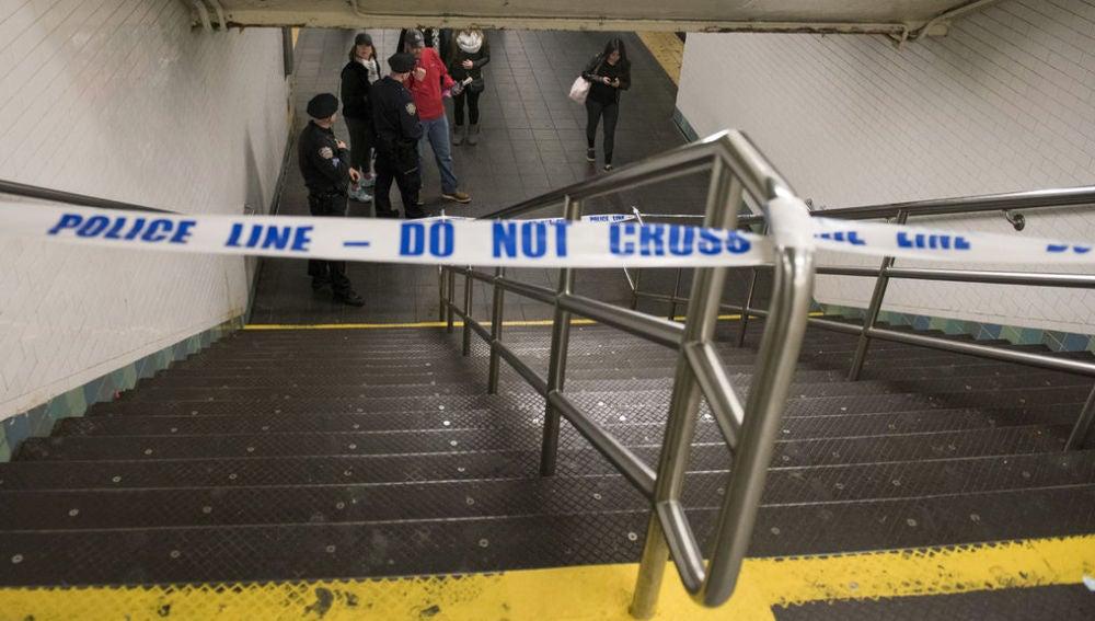 Una mujer muere mientras intentaba bajar el carrito de su bebé por las escaleras de una estación de metro