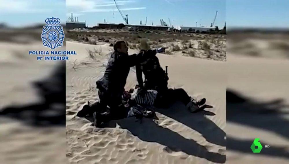 Dos policías reanimando a una mujer en Sagunto, Valencia